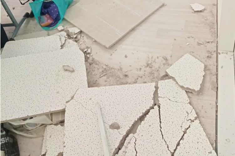 Фрагменты потолка не казались слишком легкими. Фото: vk.com/spb_today