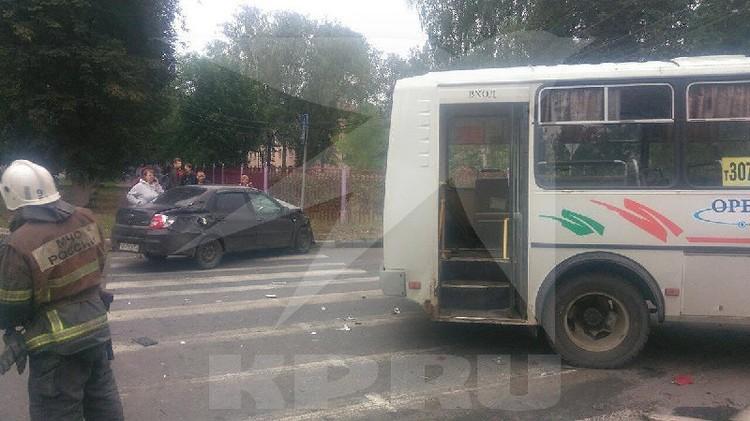 По предварительным данным, сначала автобус столкнулся с легковушкой.