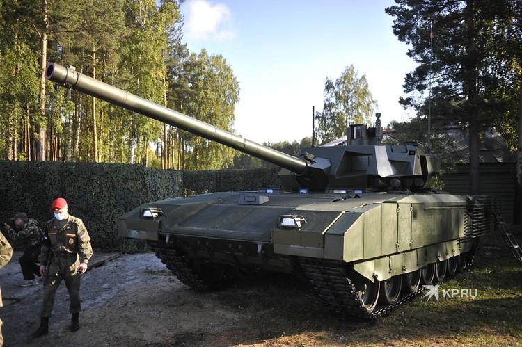 Перспективный российский основной танк Т-14 с необитаемой башней на базе гусеничной платформы «Армата».