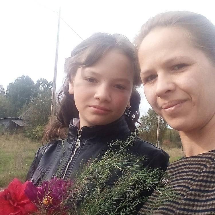 В этом году мама погибшей девочки сама отводила спасенную Марину на школьную линейку. Фото: из семейного архива Кайровых.