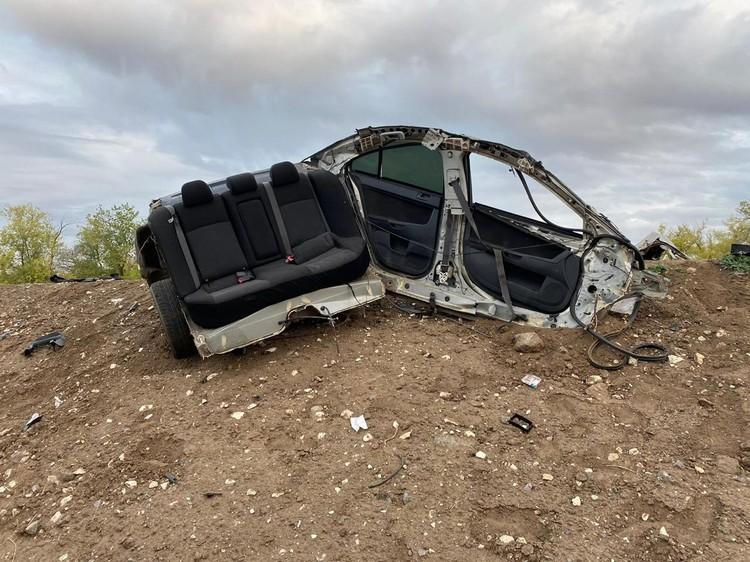 Иномарку от столкновения с грузовиком разорвало на части.