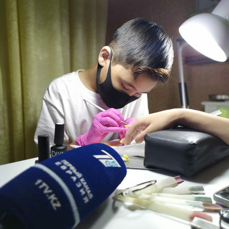 На данный момент юный мастер принимает в день не больше 1 клиентки, мама мальчика следит за тем, чтобы сын жил полноценной жизнью.