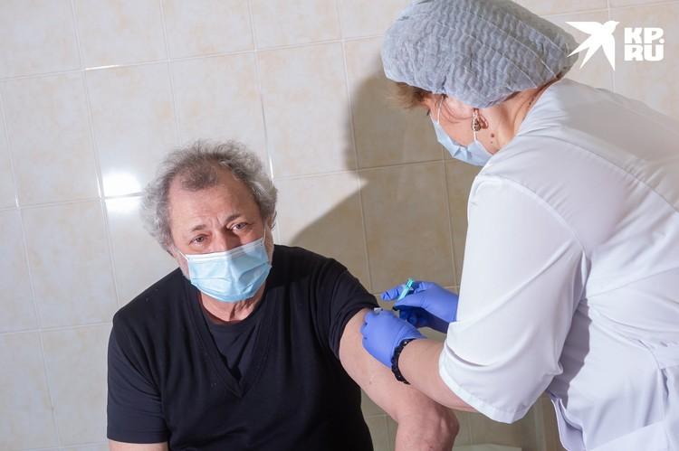 Художественный руководитель Театра балета Борис Эйфман тоже пришел на прививку.