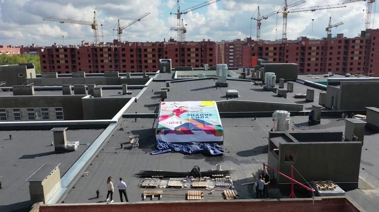 Баннер со слоганом «Знания — Сила» сейчас защищает здание от влаги, а в будущем станет основной для дворового катка.