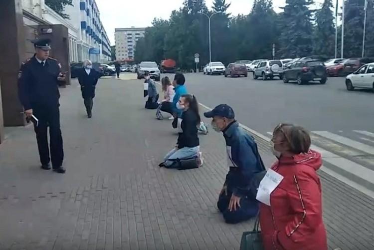 Жильцы дома встали на колени перед мэрией, чтобы на их проблему обратили внимание