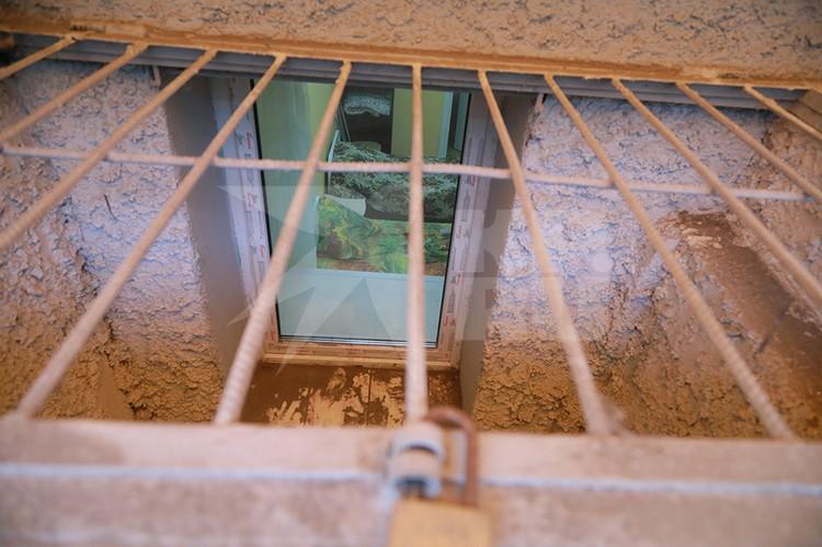 Цокольный этаж тоже закрыт решеткой
