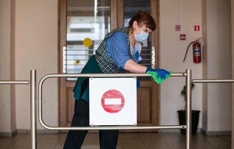 По новым правилам в школах теперь несколько раз в день дезинфицируют поверхности.