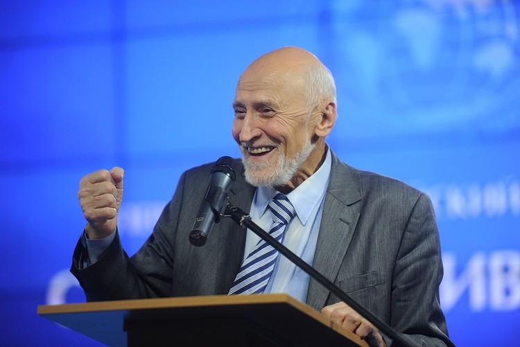 Даже легендарный телеведущий Николай Николаевич Дроздов в 83 года – и в рекламе снимается, и экскурсии возит в другие страны, и лекции читает.