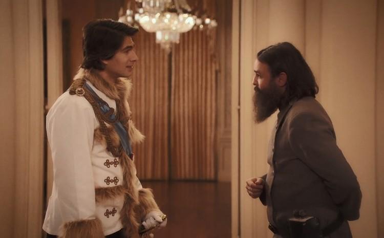 Николай II в исполнении Брэндона Рута и Григорий Распутин (Армандо Гутьеррез). Фото: кадр из фильма