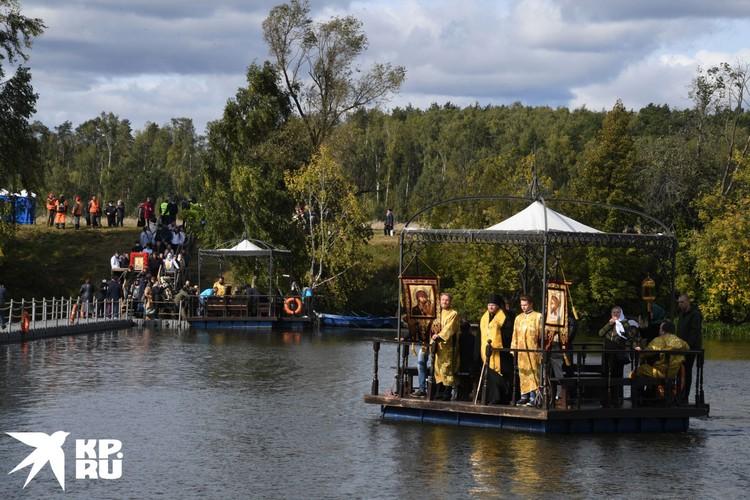 Кстати, Елисаветинский крестный ход - единственный в России с переправой через реку по понтонам и на плотах.
