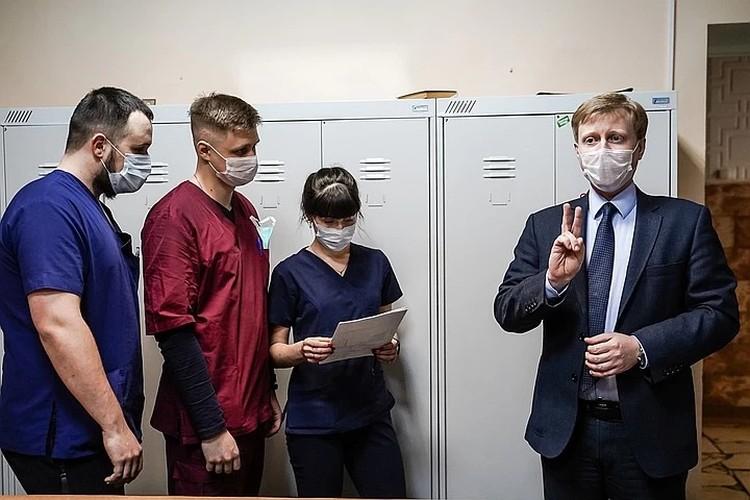 """Дмитрий Константинов (справа) лично инструктирует своих студентов для работы на """"Скорой помощи"""""""