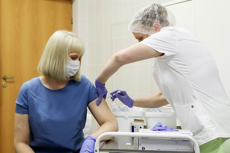 В Москве проходит вакцинация в рамках пострегистрационного исследования вакцины от коронавируса. Фото: Сергей Бобылев/ТАСС