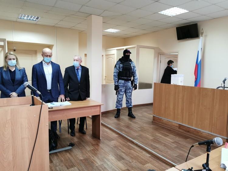 Из-за духоты находиться в зале суда было тяжеловато Фото: Вадим Архипов