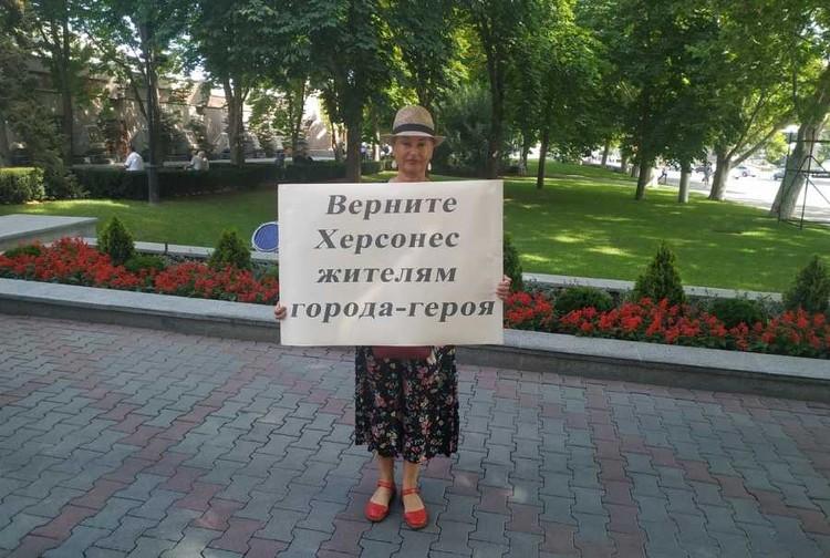 Жительница микрорайона Стрелецкая бухта Оксана Бондарева вышла с одиночным пикетом