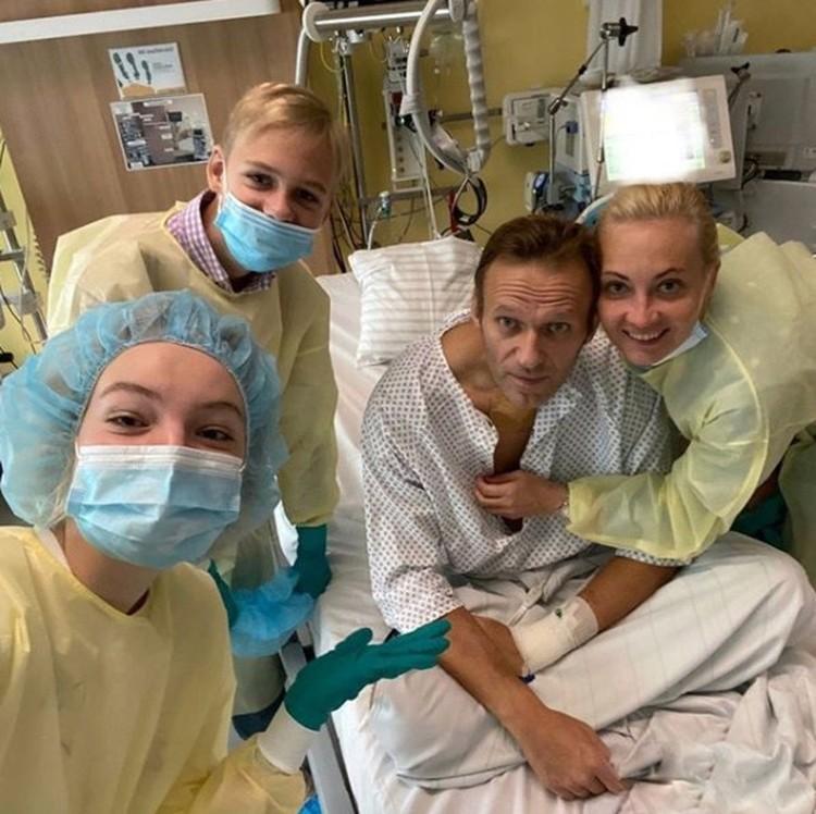 Навальный опубликовал первое фото после госпитализации