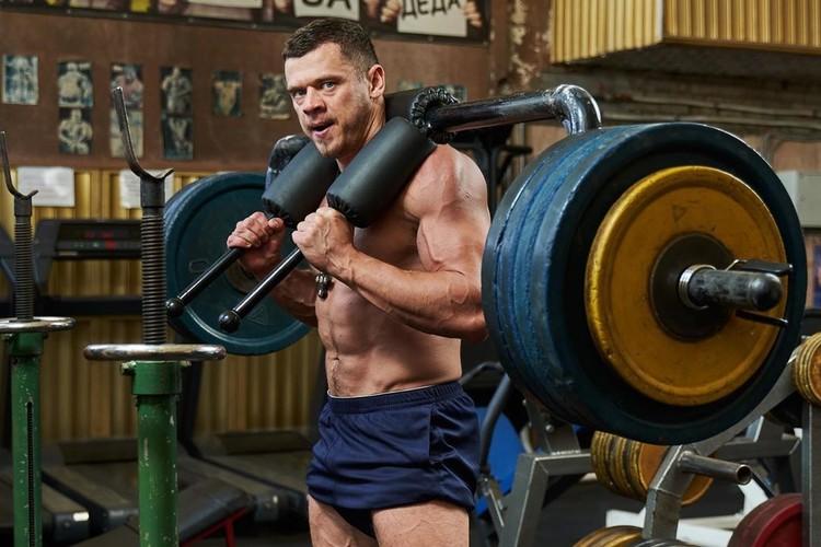 Вес Дениса - всего 90 килограммов. Его коллеги весят в полтора раза больше. Фото: instagram.com/vovkd_0804