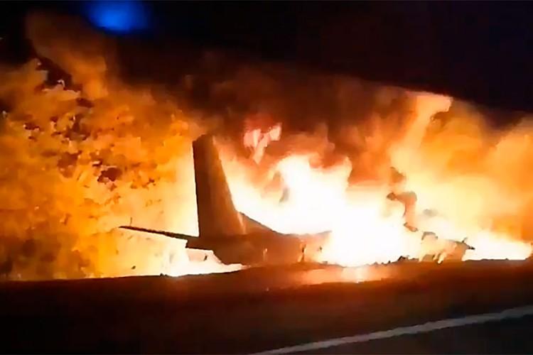 Очевидцы сняли, как горел Ан-26