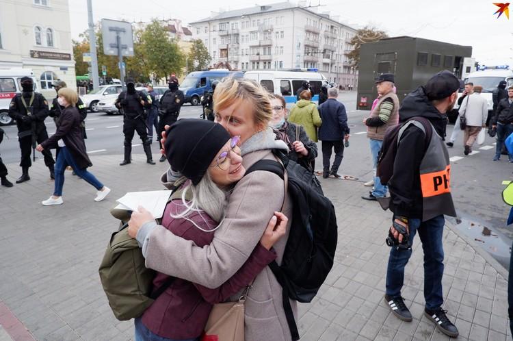 Девушка, у которой забрали мужа, рыдала - ее успокаивали волонтеры