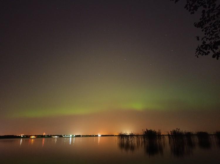 Сияние было видно и над озером Разлив. Фото: vk.com/aurora812 / Евгения Костюкова