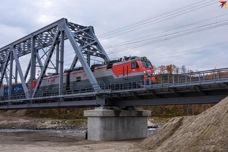 Первый поезд по новому мосту провел машинист Денис Деревнин.