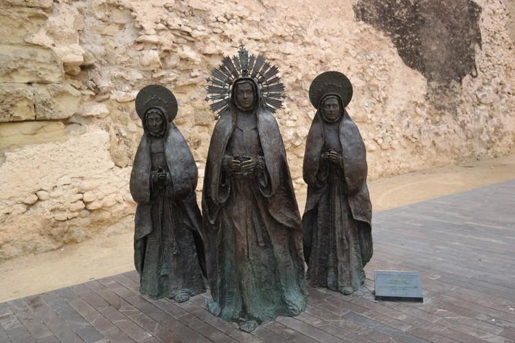 """Скульптура """"Три Марии"""" рядом с башней Калаорра - дань Мистерии Эльче."""