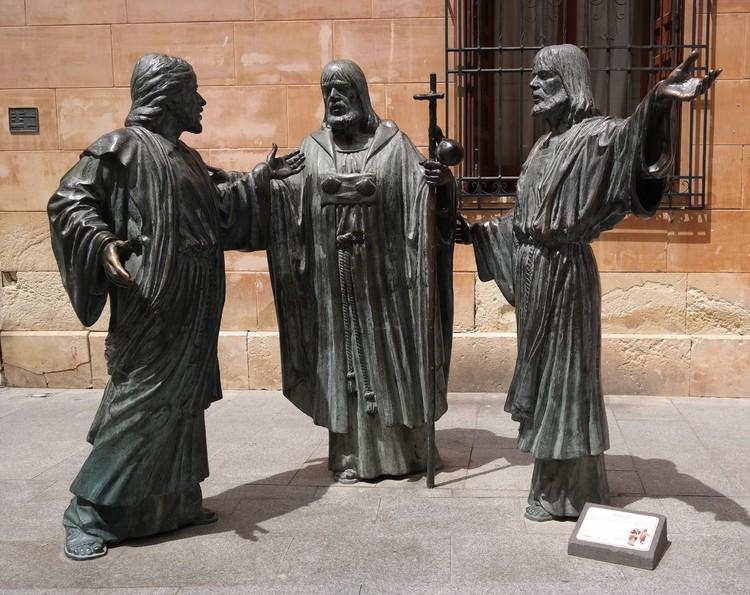 """Апостолы во дворе базилики Санта-Мария - не просто скульптура, а изображение одной из сцен мистерии, """"Эль Тернари""""."""