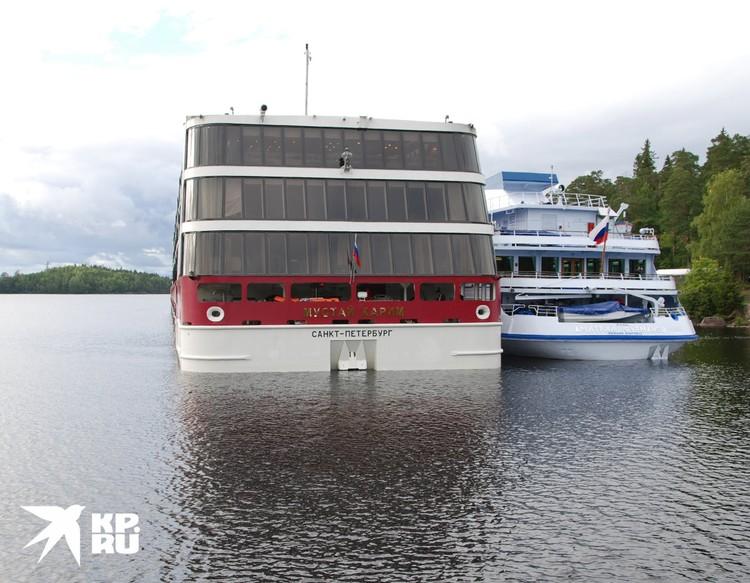 На корме судна - три закрытых зала.