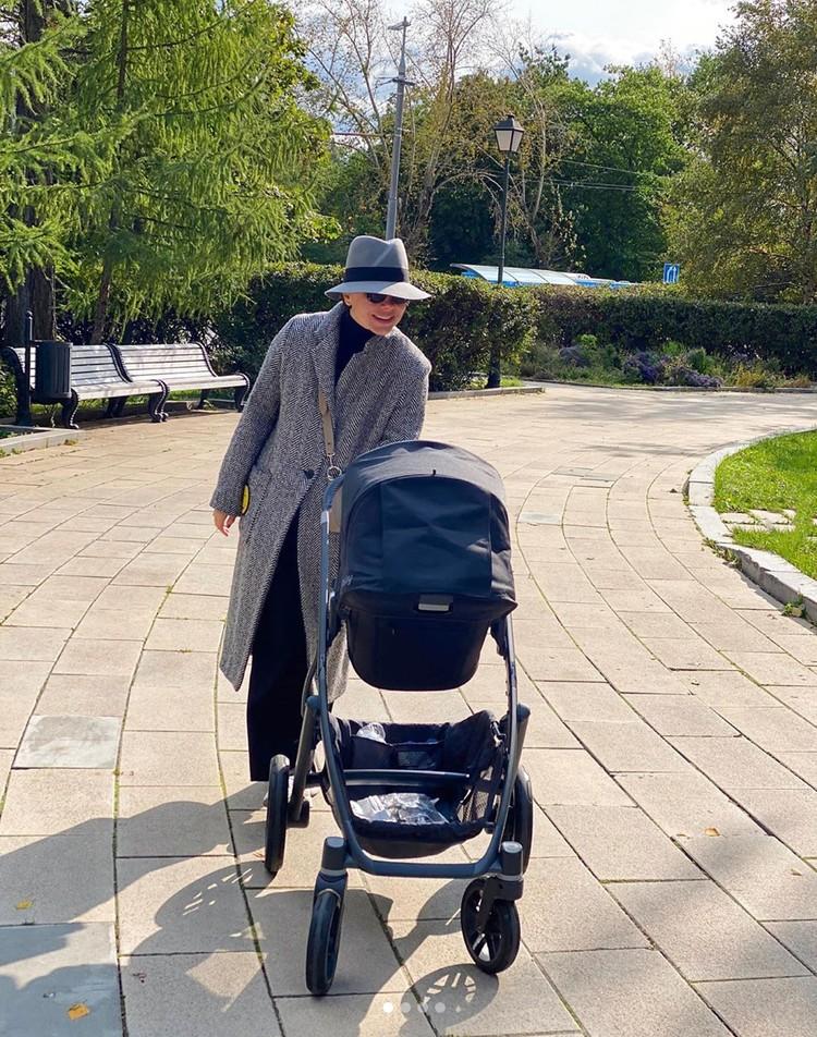 Молодая жена Петросяна Татьяна гуляет с коляской по парку Новодевичьего монастыря, рядом с которым живут супруги.