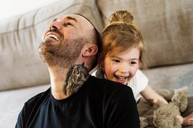 Маленькая Изабелла папой называет игрушечного зайчика, которого Рискон подарил ей перед смертью
