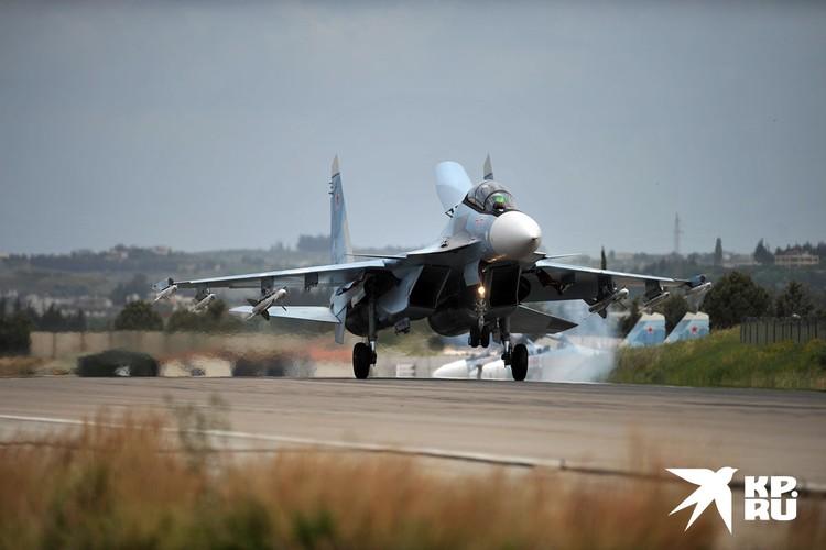 """Российский истребитель Су-30 на авиабазе """"Хмеймим""""."""