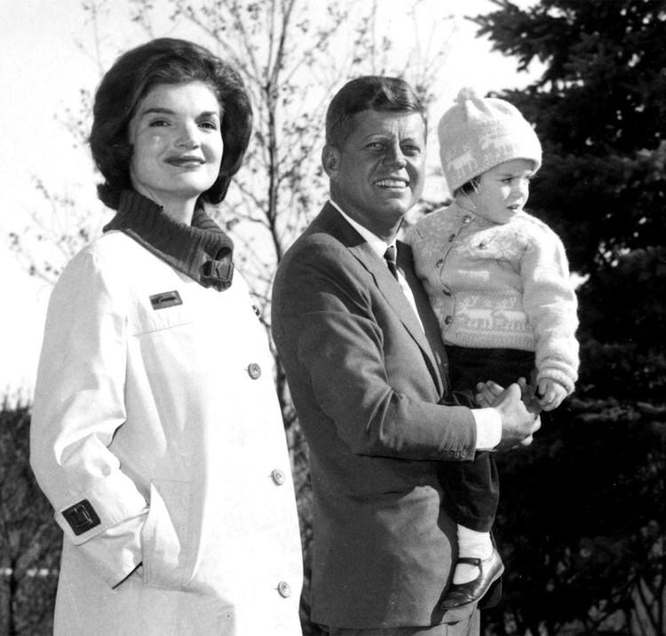 Жаклин Кеннеди с мужем и сыном.