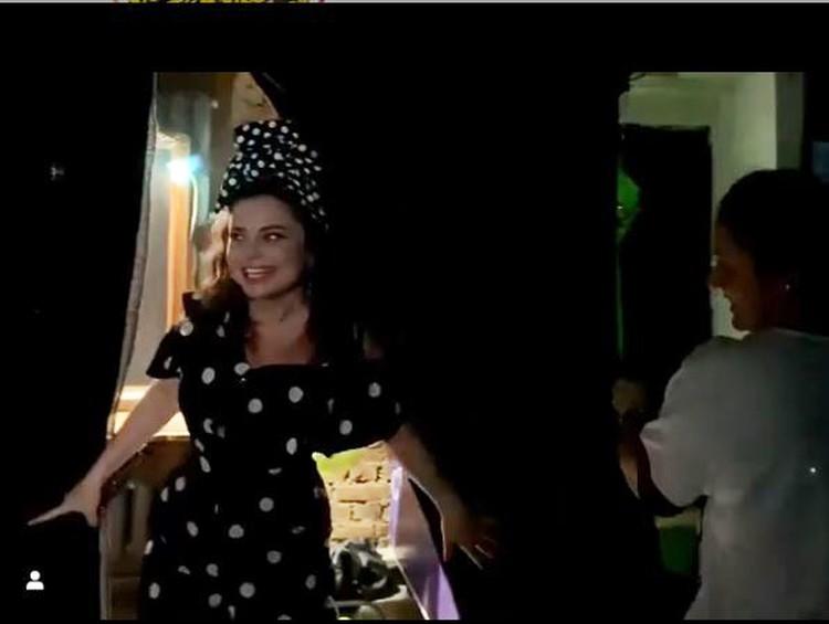 На концерте в Костроме артистка вышла на сцену в отличном настроении. Фото: кадр видео.