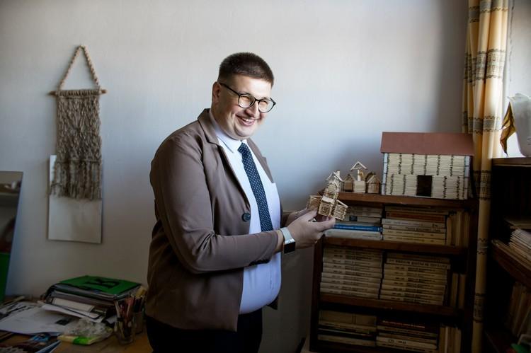 Дмитрий ведет кружок исторического макетирования, где дети изготавливают макеты исторических зданий, сооружений и т.д.