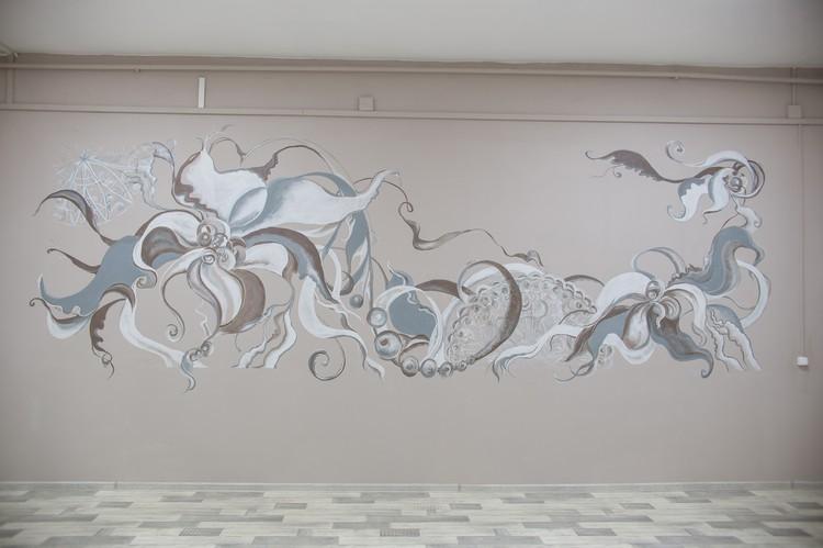 Стену холла бесплатно украсила челябинский художник Елена.