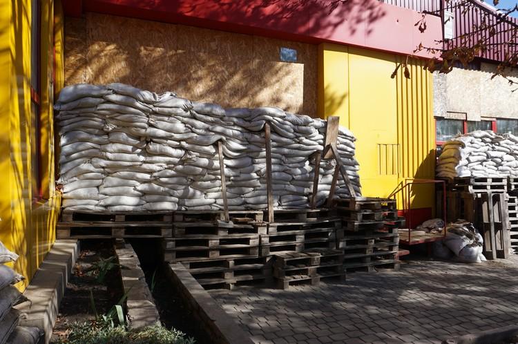 Это обычный магазин в обстреливаемом Донбассе