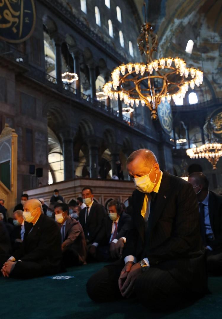 Эрдоган во время молитвы в мечети Айя-София, Стамбул.