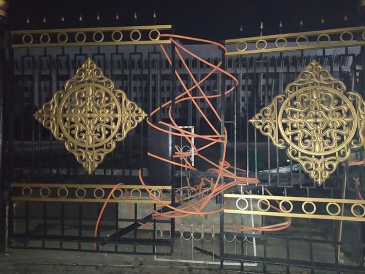 Кстати, выломанные ворота при штурме Белого дома «починили». Пока вот так.