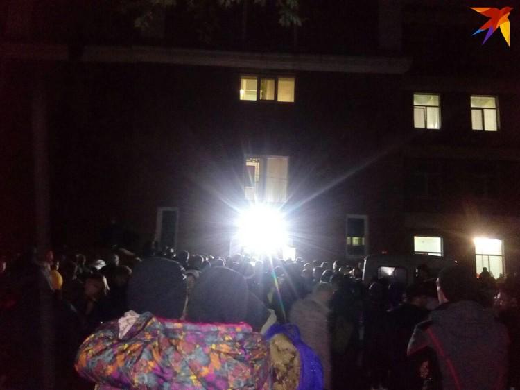 Сотни людей стояли в очереди, чтобы получить задание на поиски Лизы от координаторов