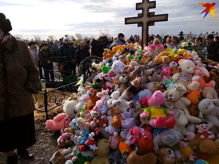 Могила Лизы в день похорон превратилась в холм из игрушек