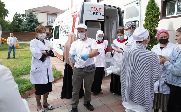 ВИЧ-положительные люди часто пытаются скрыть эту инфекцию и уйти в тень. Фото: Минздрав России