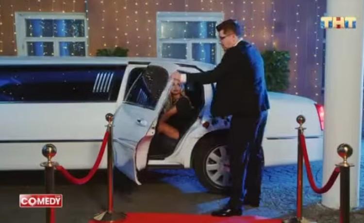 """Харламов буквально вскрикнул: """"Вы что, издеваетесь?"""". И захлопнул за ней дверцу машины. Фото: ТНТ"""