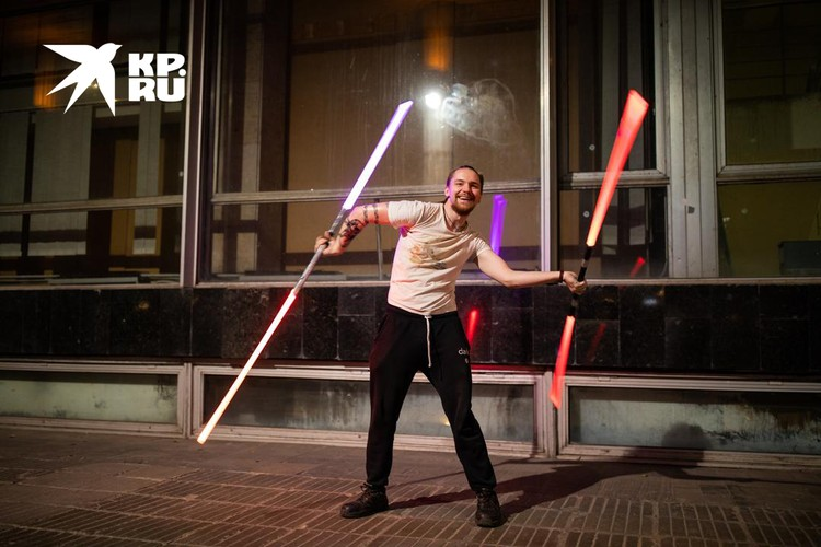 Самые умелые могут управляться с двумя мечами-посохами