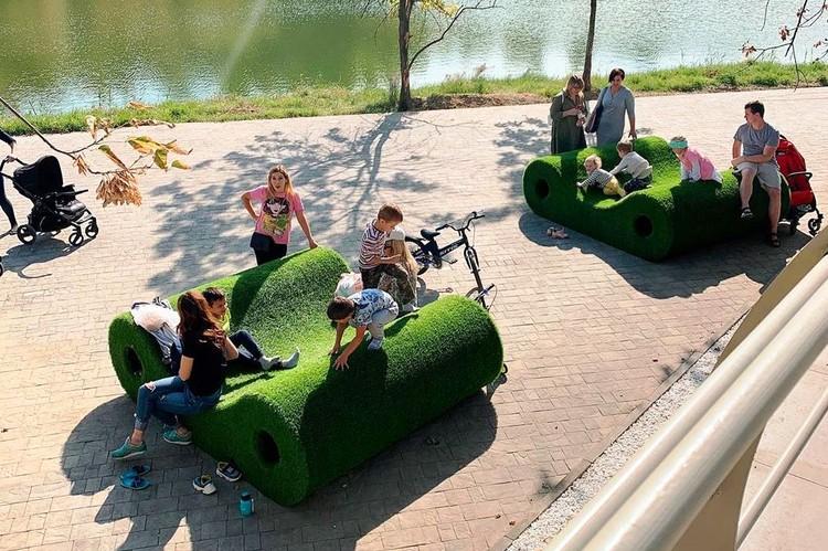 Для краснодарцев поставили вот такие зеленые лежаки, где можно отдохнуть. Фото: instagram.com/smenila_imya