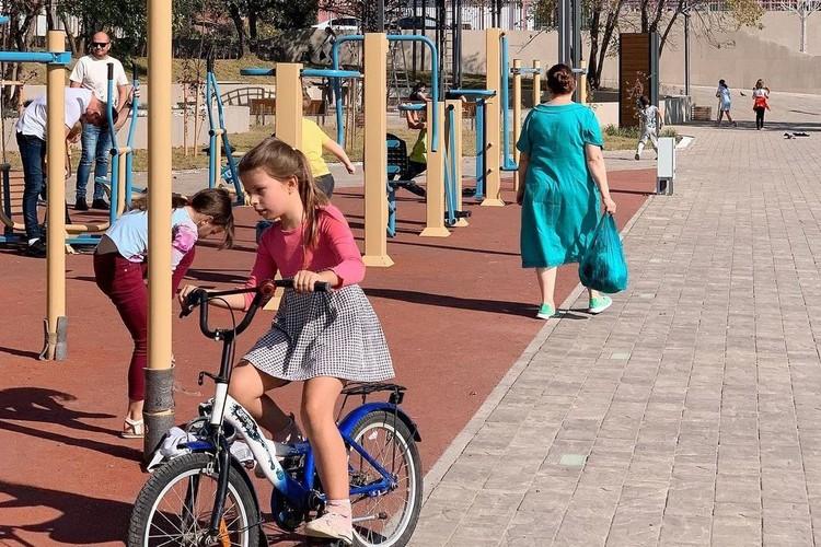 Для ребятни поставили детскую площадку. Фото: instagram.com/smenila_imya