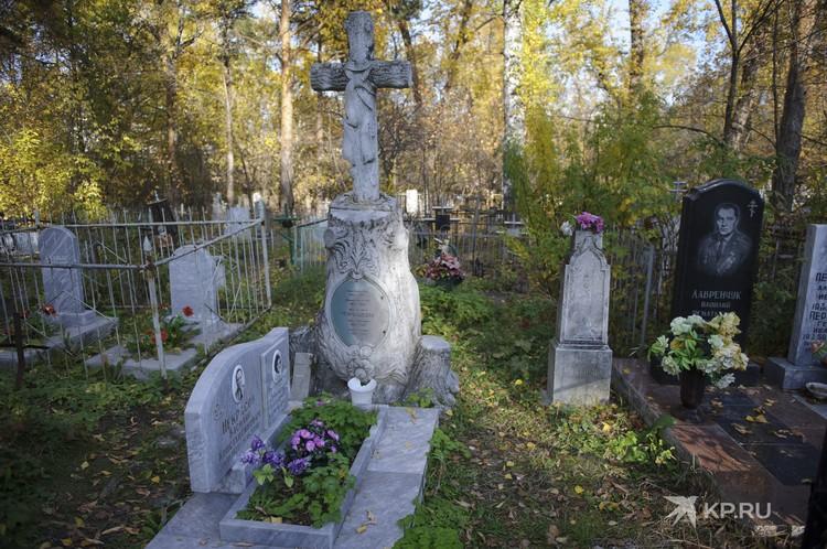 Все подобные надгробия в конце XIX века вырезались из серого мрамора, который добывали под Полевским.