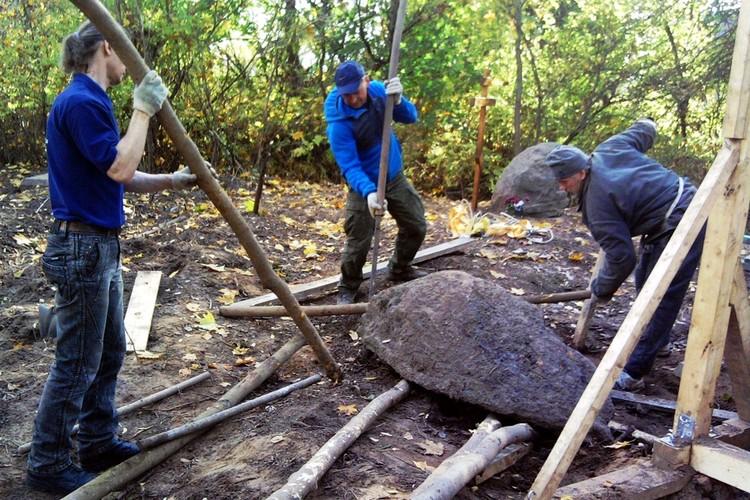 Нелегкая работа - поднимать старинные надгробия. Фото: из паблика Мемориал «Волынский некрополь»/vk.com/volynskiy_nekropol
