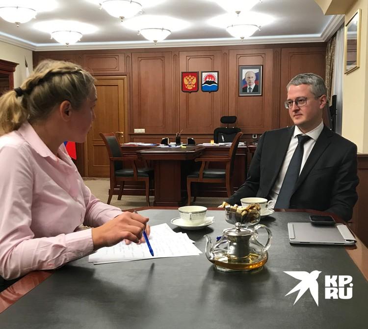 Губернатор Владимир Солодов и корреспондент «КП». За эти дни таких встреч с журналистами самых разных изданий у Солодова было больше 30-ти