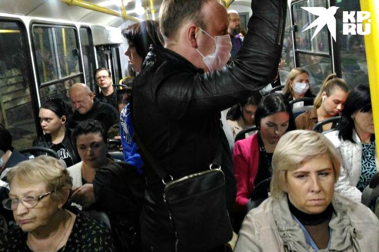 Автобус - битком, но маски лишь у нескольких пассажиров.