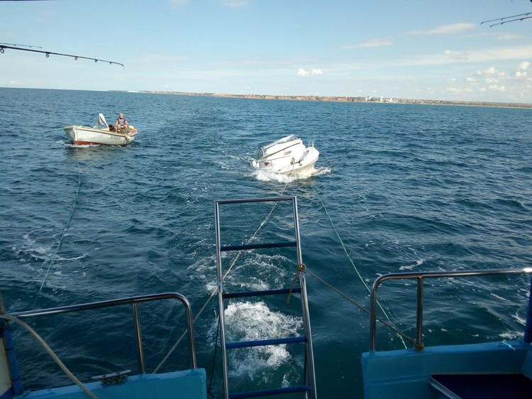 Когда катер буксировали назад в бухту Круглую, он был частично заполнен водой и имел крен на правый борт Фото:Владимир Мокану
