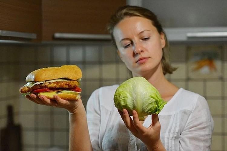 От сладкого лучше отказаться, а вот овощи и фрукты - это правильный выбор.